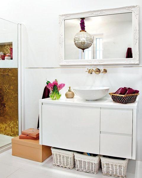 un baño elegante blanco y dorado