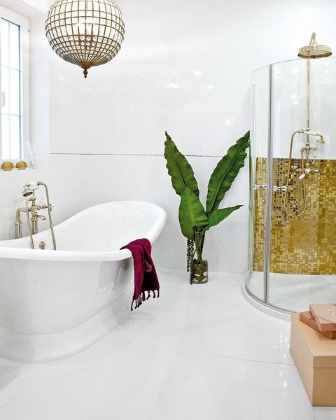 un baño elegante en blanco y dorado