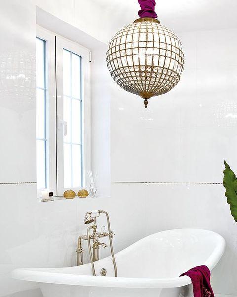 baño en blanco y dorado, femenino y elegante