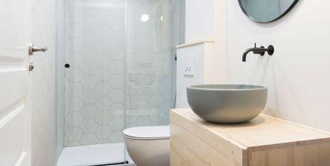 baño moderno pequeño en blanco y madera