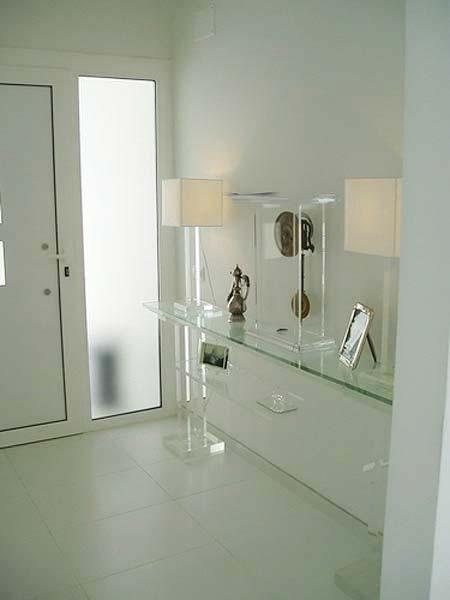 Plumbing fixture, Property, Glass, Wall, Room, Floor, Tile, Flooring, Shower head, Fixture,