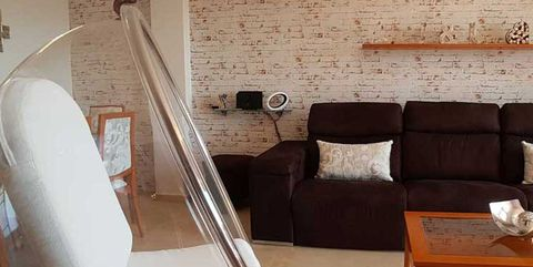 La casa de la lectora: Salón con pared de ladrillo