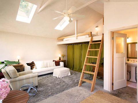garaje transformado en casita salón con altillo