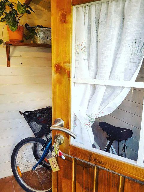 Bicycle wheel rim, Bicycle tire, Wood, Bicycle wheel, Bicycle part, Bicycle accessory, Interior design, Bicycle, Bicycle saddle, Bicycle frame,