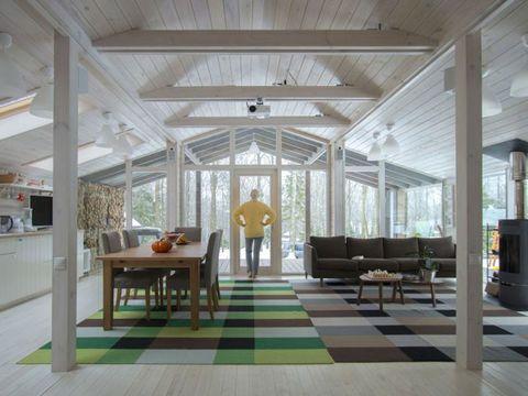 Casa prefabricada en el bosque: Salón comedor y cocina