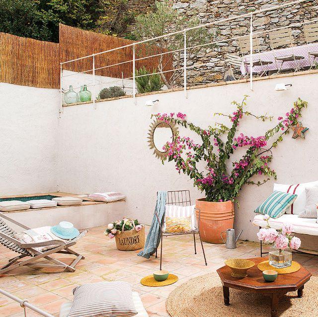 zona de estar en una terraza con dos alturas