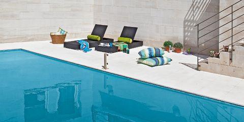 Una casa familia con piscina