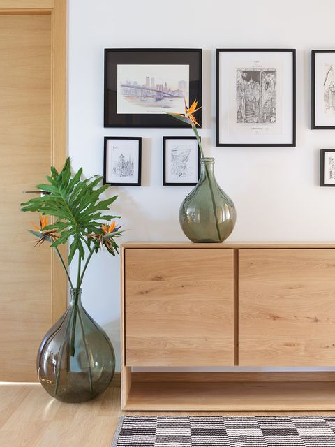 Shelf, Furniture, Wall, Room, Floor, Interior design, Table, Wood, Flooring, Tile,