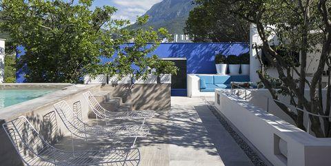 Casa moderna de colores: jardín con piscina