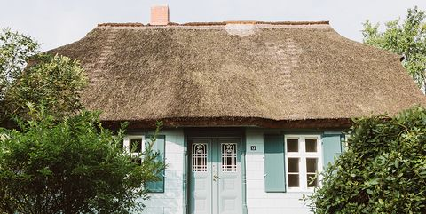 Property, House, Cottage, Home, Roof, Thatching, Building, Residential area, Farmhouse, Real estate,