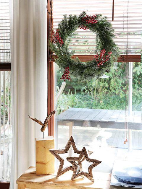 Window covering, Interior design, Window blind, Fixture, Wreath, Invertebrate, Window treatment, Interior design, Pollinator, Arthropod,