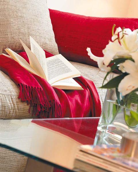 Petal, Textile, Flower, Table, Bouquet, Cut flowers, Carmine, Centrepiece, Linens, Flowering plant,