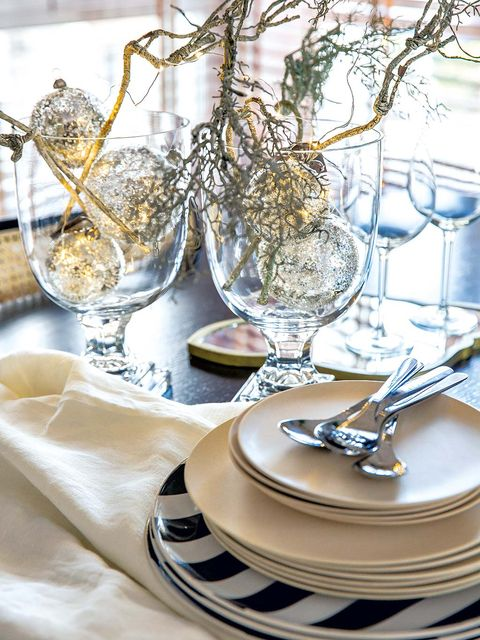 Serveware, Dishware, Branch, Glass, Drinkware, Tablecloth, Stemware, Twig, Barware, Tableware,