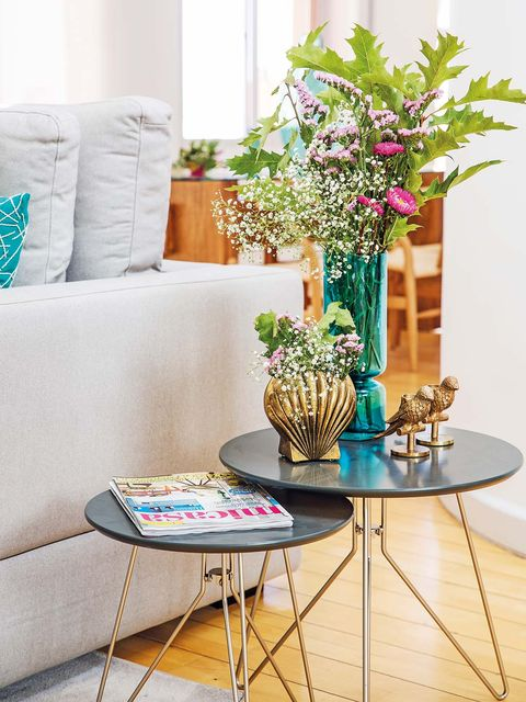 Moderno dúplex con escalera de caracol: Salón mesas auxiliares