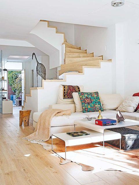 un adosado 'casual look' salón con sofá en esquina