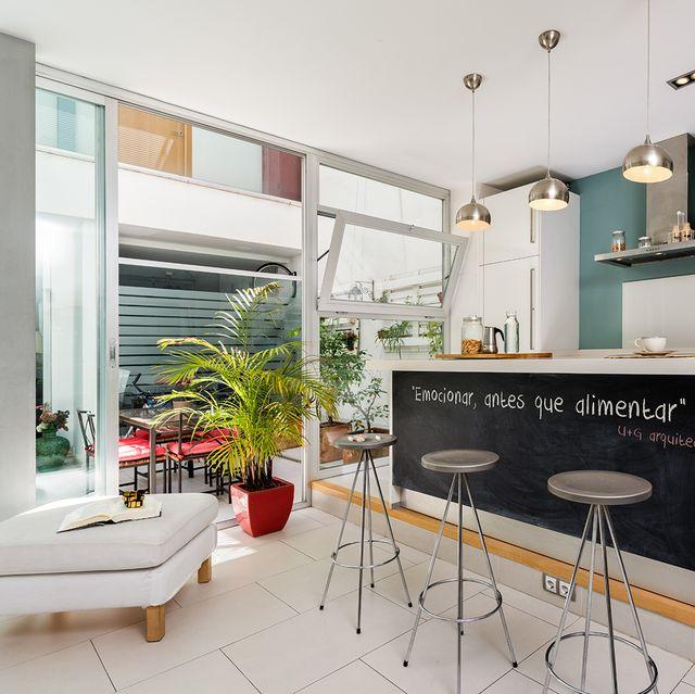 una casa con patio en su interior