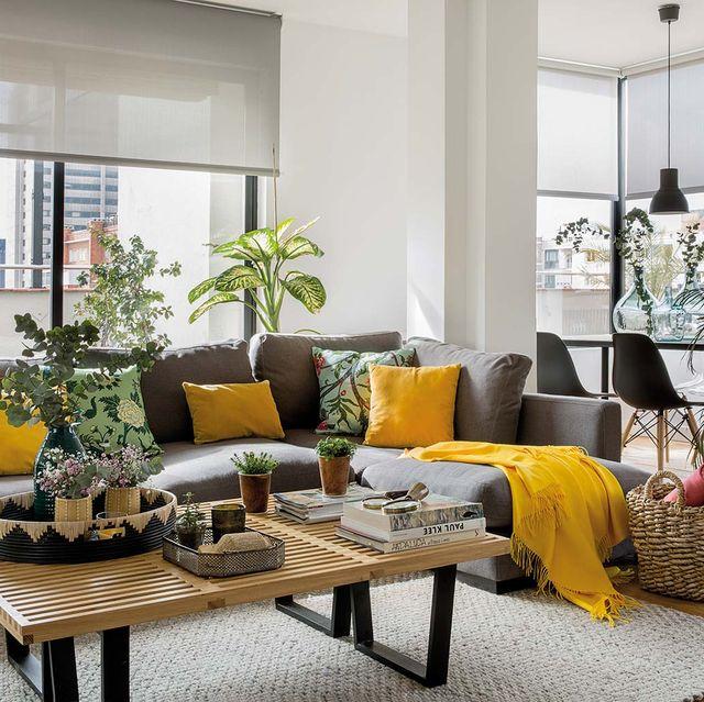 piso en madrid con terraza salón con sofá gris y cojines amarillos