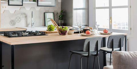 cocina abierta en blanco y negro