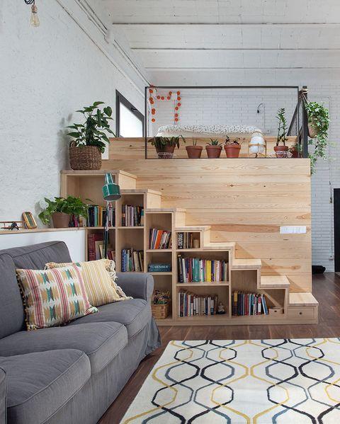 loft con salón abierto a la cocina y cama en un módulo de madera