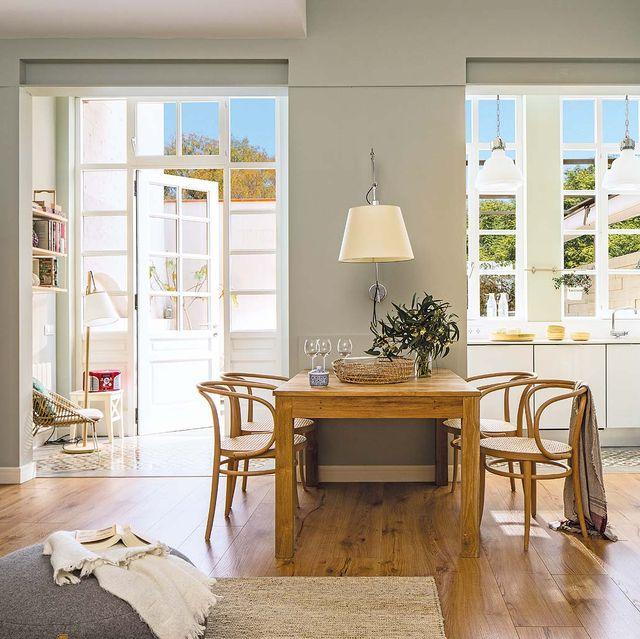mesa de madera en una casa con patio