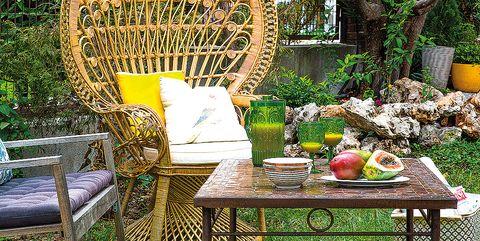 Una casa con carisma: Silla Emmanuelle en el jardín