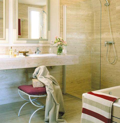 Una casa luminosa de 90 m - Banos con marmol travertino ...