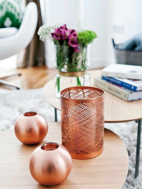 Interior design, Vase, Still life photography, Serveware, Peach, Artifact, Home accessories, Centrepiece, Creative arts, Pottery,