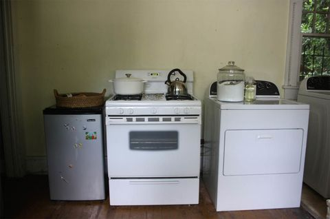 Major appliance, Home appliance, Property, Room, Gas stove, Kitchen stove, Kitchen, Furniture, Stove, Kitchen appliance,