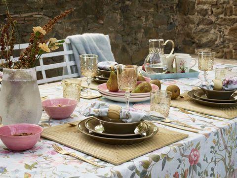Serveware, Tablecloth, Dishware, Textile, Table, Furniture, Porcelain, Drinkware, Tableware, Linens,