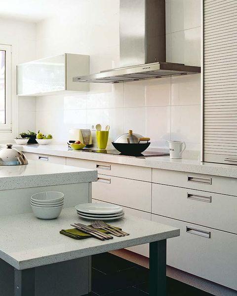 Una cocina amueblada en blanco de 16 m²