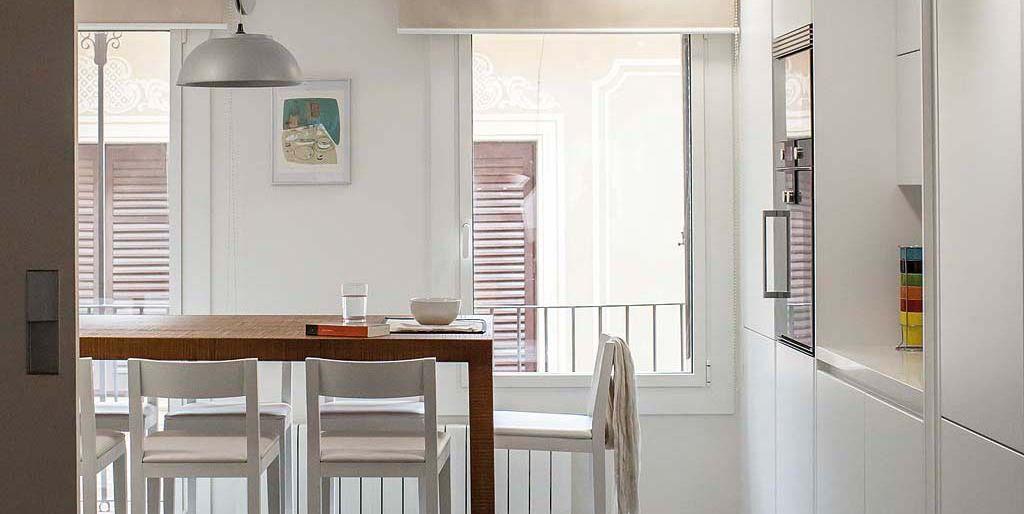 Una cocina moderna conectada con el sal n for Una cocina moderna
