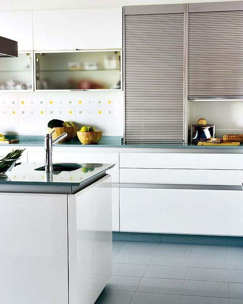 Una cocina blanca con toques turquesa for Habitacion blanca y turquesa