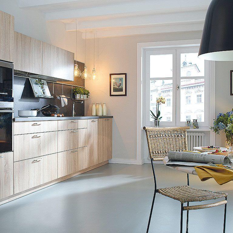 Una cocina con distribucin lineal y acabado natural