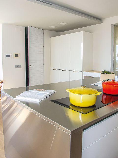 Cocina en blanco y acero - Encimera acero inoxidable ...