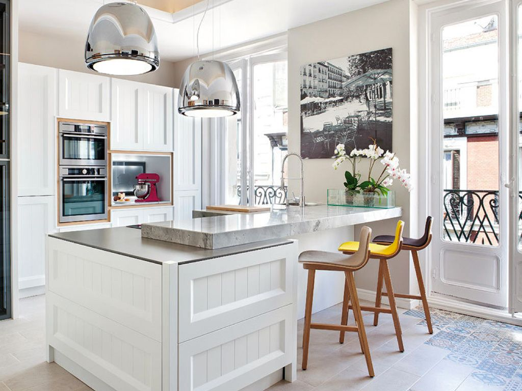 Una cocina con muebles blancos