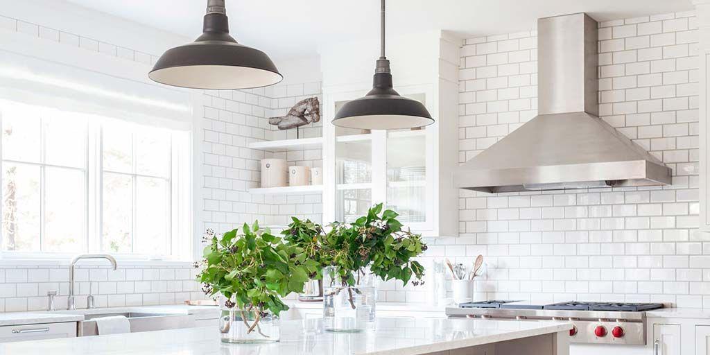 Los clásicos nunca fallan, y las cocinas en color blanco tampoco
