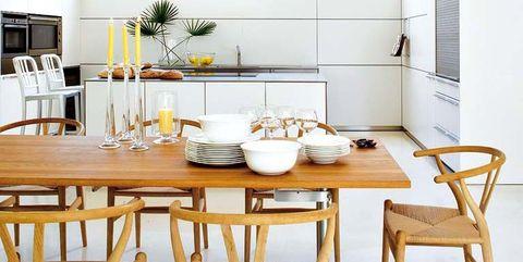 cocina blanca con comedor de madera
