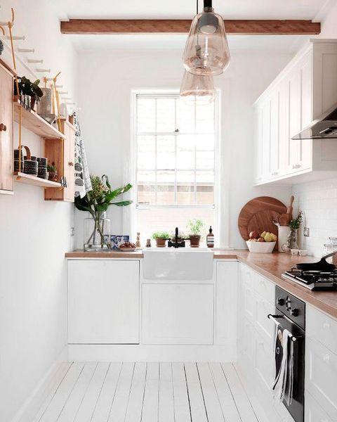 cocina pequeña blanca con encimera de madera