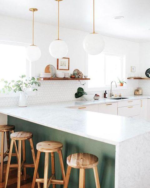 cocina blanca y verde con península
