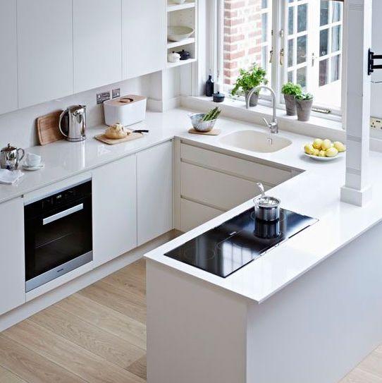 cocina blanca pequeña abierta