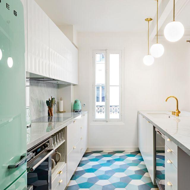 cocina moderna y elegante en blanco, verde y dorado