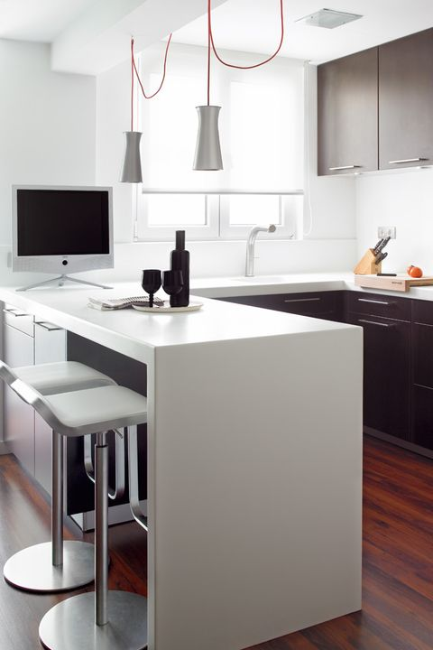 cocina en blanco y negro con península