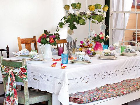 Tablecloth, Textile, Table, Linens, Decoration, Interior design, Centrepiece, Interior design, Flower Arranging, Petal,