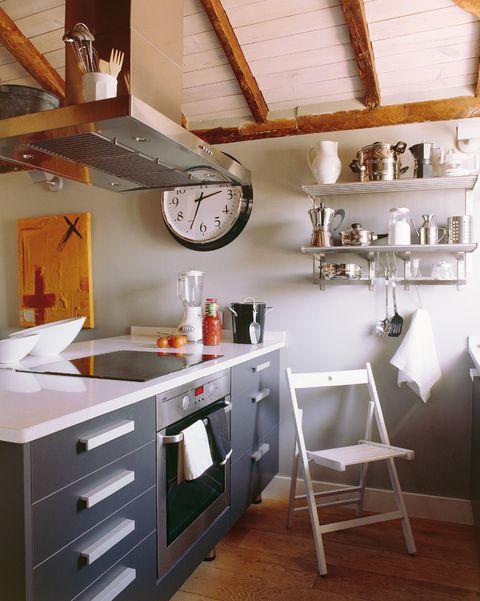cocina abierta con muebles grises