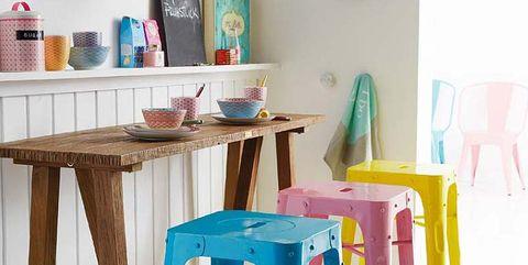 barra de cocina con taburetes de colores