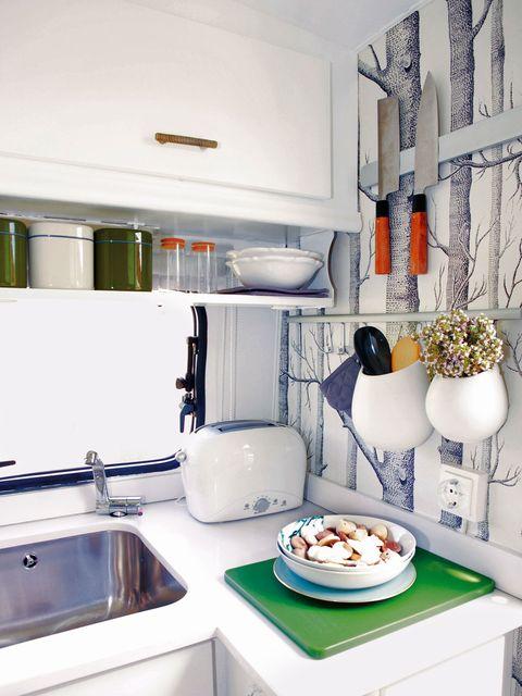 Dishware, Room, Kitchen, Plumbing fixture, Kitchen sink, Serveware, Sink, Porcelain, Tap, Small appliance,