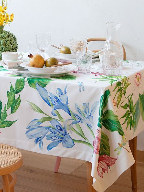 Serveware, Wood, Tablecloth, Dishware, Textile, Table, Furniture, Linens, Drinkware, Tableware,