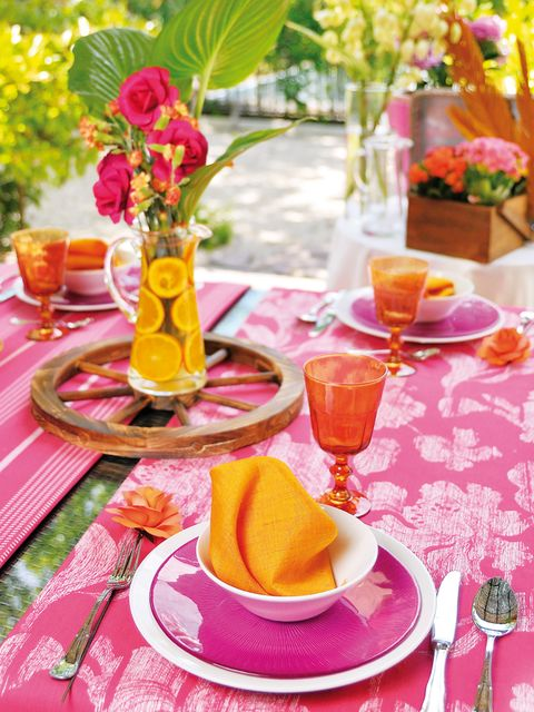 Serveware, Yellow, Dishware, Petal, Tableware, Flower, Drinkware, Leaf, Table, Tablecloth,