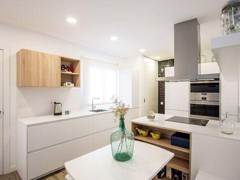 Cocina abierta al salón: Muebles blancos