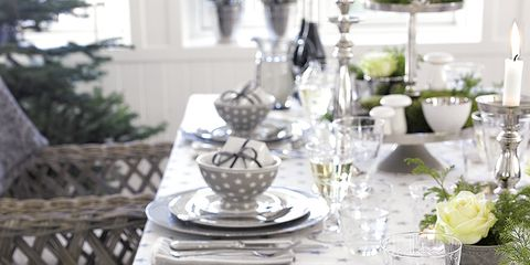 Serveware, Dishware, Glass, Drinkware, Tablecloth, Stemware, Tableware, Table, Champagne stemware, Linens,
